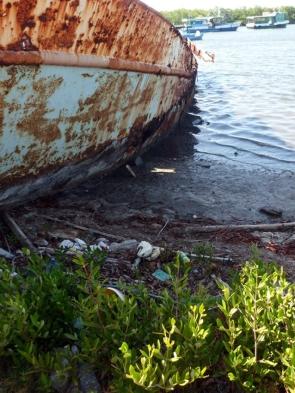 Fondeadero del refugio para barcos, algunos en descomposición